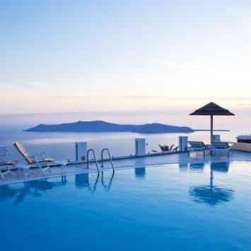 最高のサントリーニ島の新婚旅行者向けのホテル