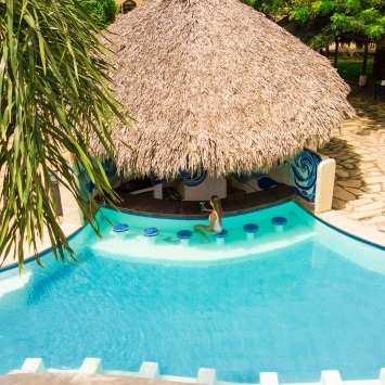hotels-with-pool-with-swim-up-bar